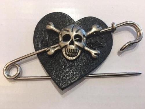 skull pin black