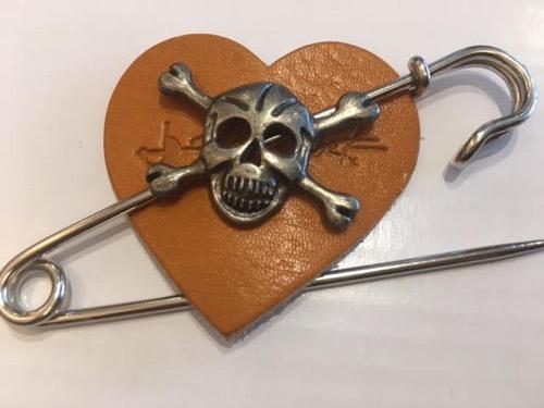 skull pin tan